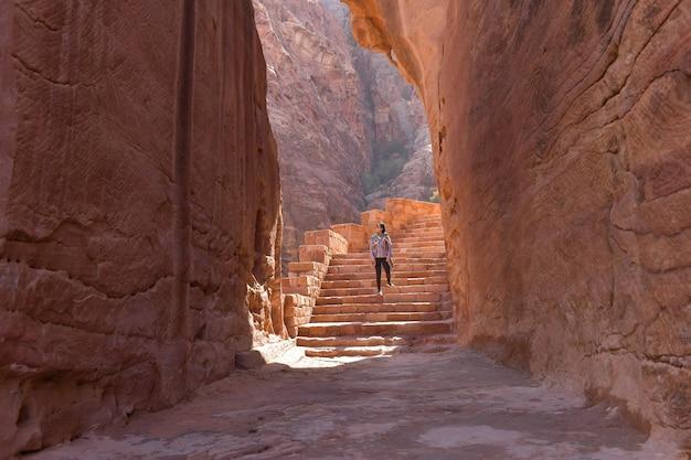 Потрясающий вид из пещеры ад дейр - монастыря в древнем городе петра, иордания: невероятный объект всемирного наследия юнеско.