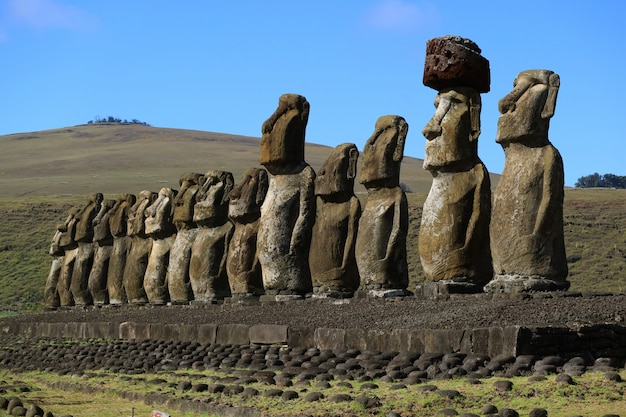 Poike 화산, 이스터 섬, 칠레와 ahu tongariki의 15 개의 거대한 moai 동상의 멋진 전망