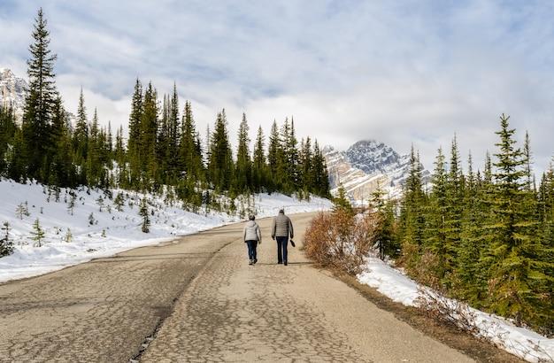 Сногсшибательный взгляд канадской горы скалистых гор на национальном парке banff в альберте, канаде.
