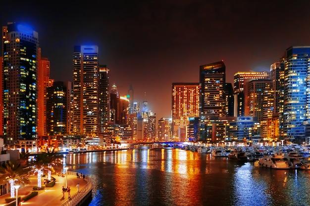 밤에 두바이 마리나의 멋진 전망 프리미엄 사진