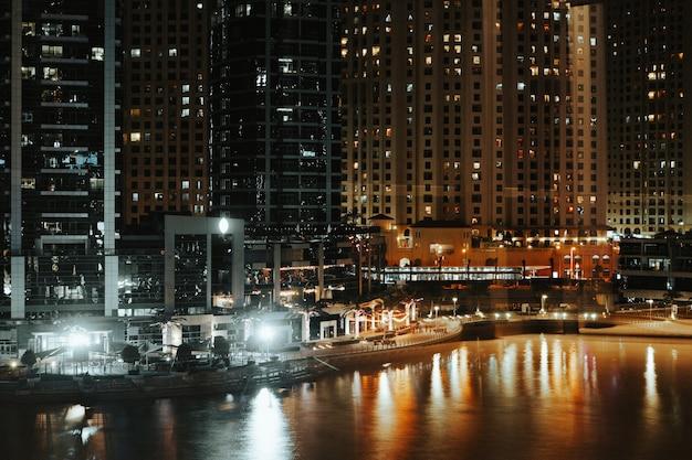 밤에 두바이 마리나의 멋진 전망