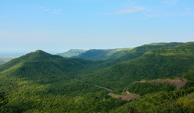 青い澄んだ空の下の緑の絵のように美しい山々の見事な景色