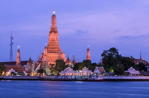 Потрясающий вид на ват арун в сумерках в бангкоке, таиланд