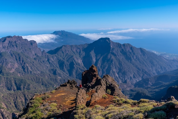 Потрясающие виды на кальдера де табуриенте недалеко от роке-де-лос-мучачос одним летним днем, ла-пальма, канарские острова. испания