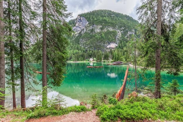 Потрясающий вид на самое красивое озеро брайс в итальянских доломитах.