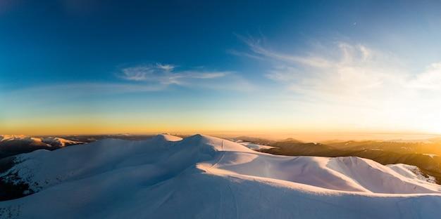 Потрясающая зимняя горная панорама горнолыжного курорта в солнечный зимний морозный день. концепция красоты первозданной природы и чистого экологичного воздуха. copyspace