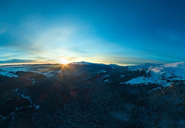 木々や丘のある見事な冬のパノラマ