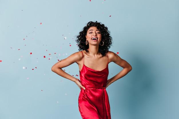 빨간 드레스 앞에서 웃 고 멋진 젊은 아가씨