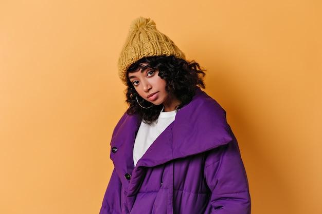 正面を見て帽子をかぶった見事な若い女性