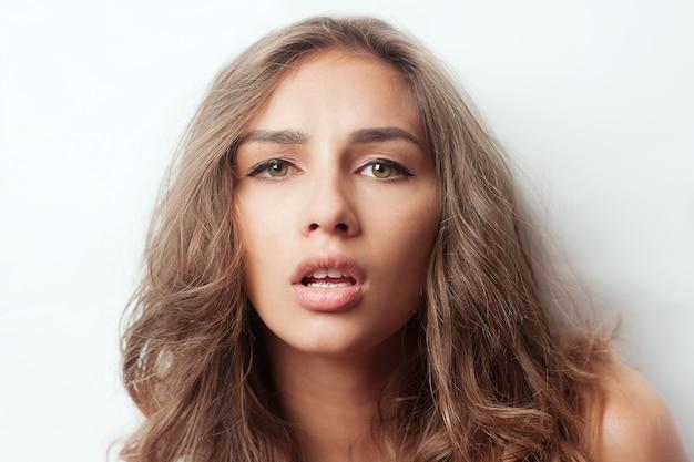 Потрясающая молодая женщина с волнистыми волосами