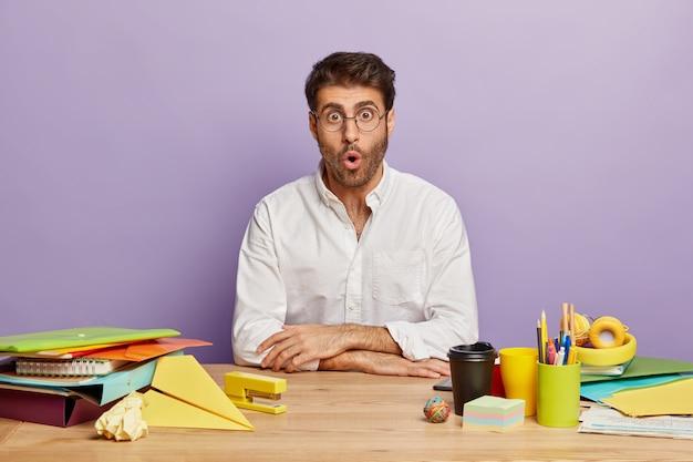 オフィスの机に座っている愚かな従業員