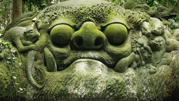 インドネシア、バリ島、ウブドのモンキーフォレストの顔の像
