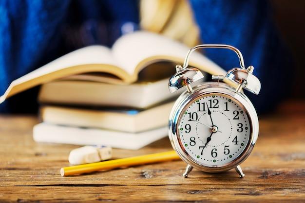 Стильная концепция. студентка опаздывает к экзаменам, выборочный фокус