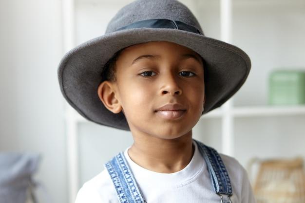 Stile, bellezza, abbigliamento per bambini e concetto di moda.