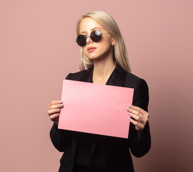 블레이저와 선글라스에 분홍색 배경에 종이 스타일 금발