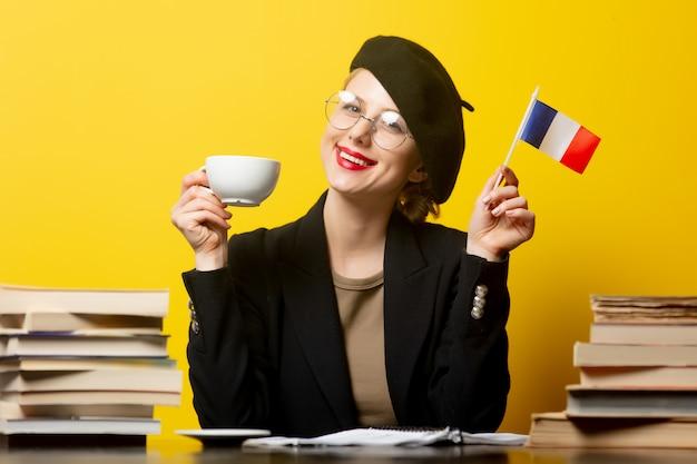 프랑스 국기와 노란색에 주위 책 베레모 스타일 금발 여자