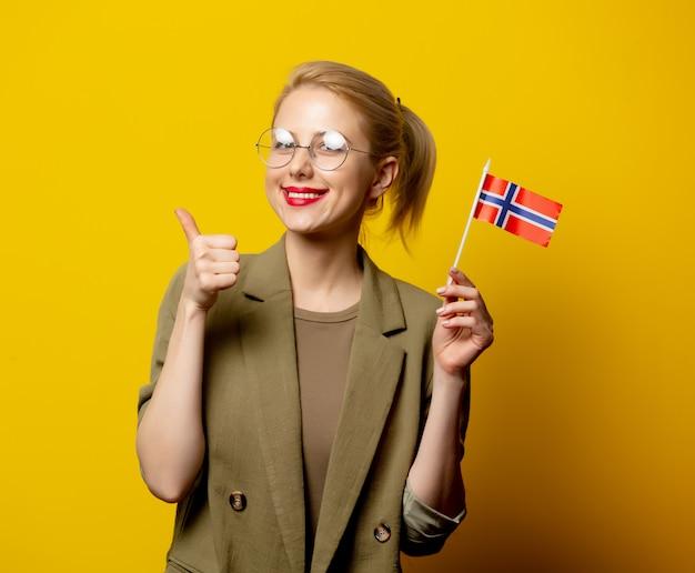黄色のノルウェー国旗のジャケットのスタイルのブロンドの女性
