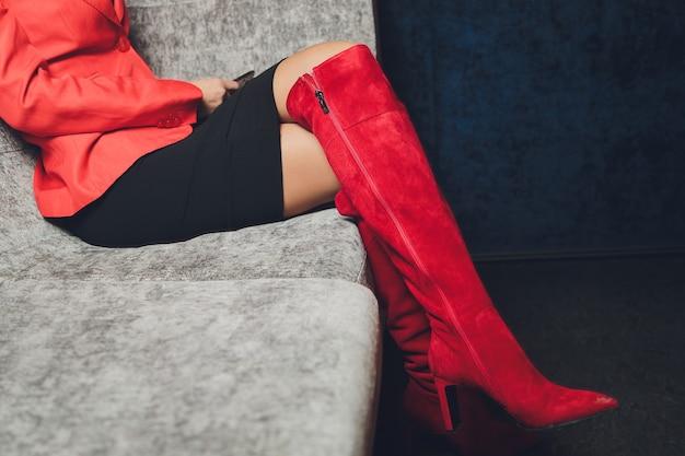 Стиль. мода. обувь. высокие женские красные сапоги. красивые женские ножки.