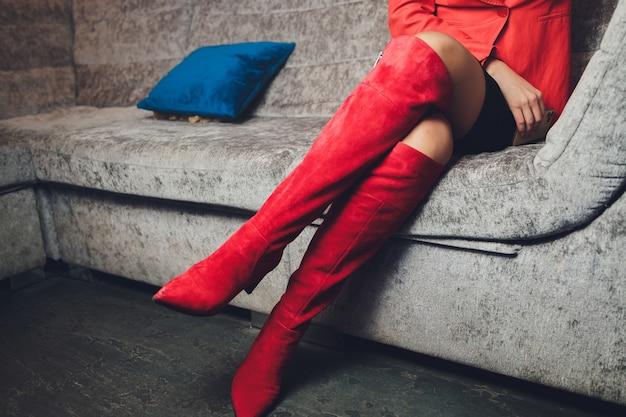 스타일. 패션. 신발. 높은 여성용 빨간 부츠. 아름다운 여성의 다리.