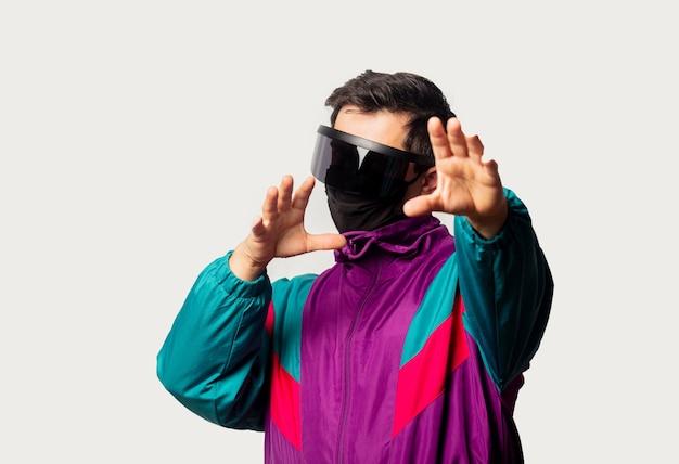 90年代のジャケットとフェイスマスクのスタイルの男