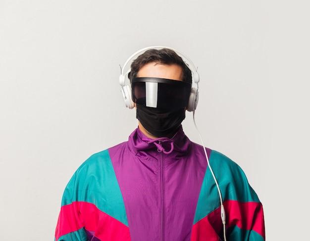 サングラスと90年代のジャケットを着たスタイルの男、ヘッドフォン付き