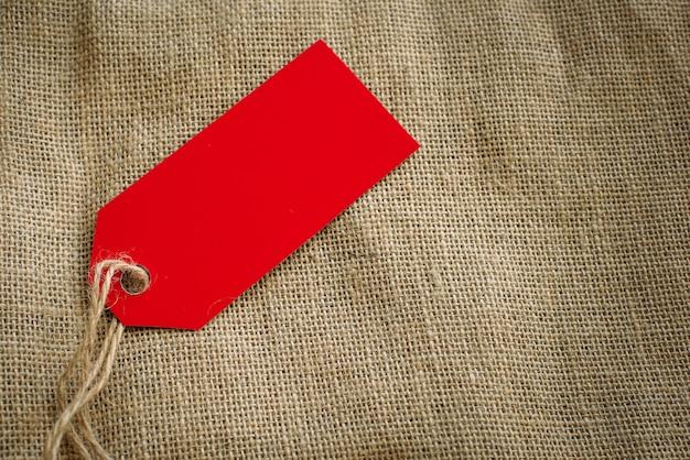 Стиль изображения красной этикетки и холщового мешка с копией пространства.