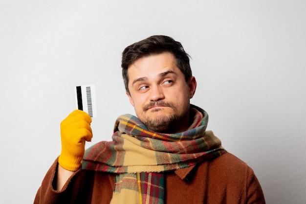 カードでコートとスカーフのスタイルの男