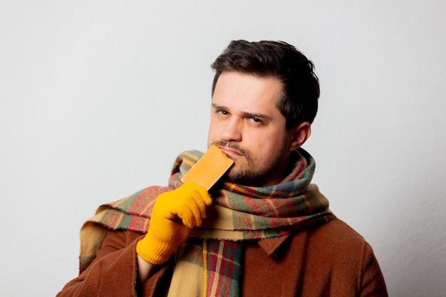 Стиль человека в пальто и шарфе с картой