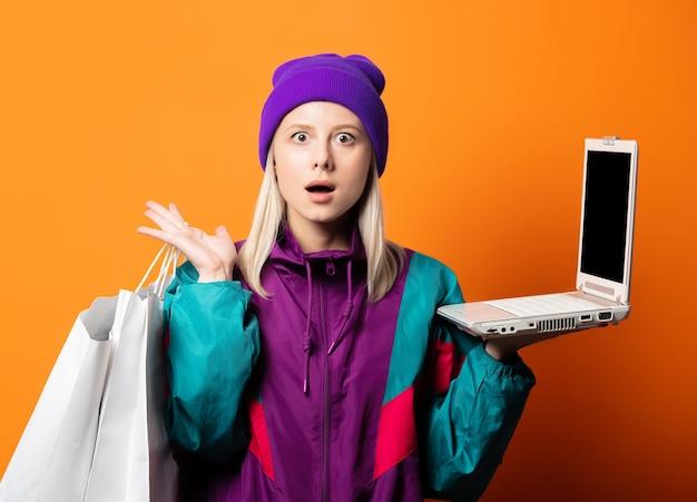 Женщина в спортивном костюме 90-х с блокнотом и сумками на оранжевом