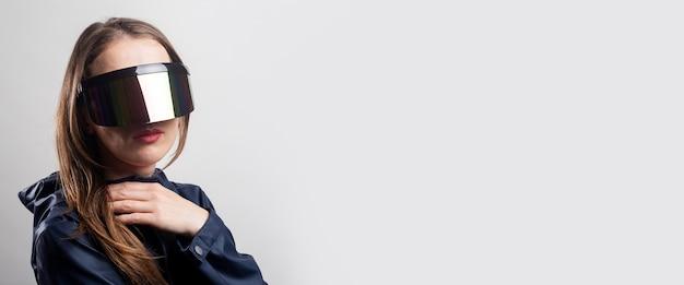 가상 현실 안경을 쓰고 밝은 배경에 파란색 재킷을 입은 스타일 여성. 배너.