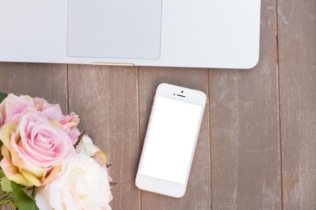 Стильный настольный современный телефон с пустым экраном, клавиатурой пк и цветами