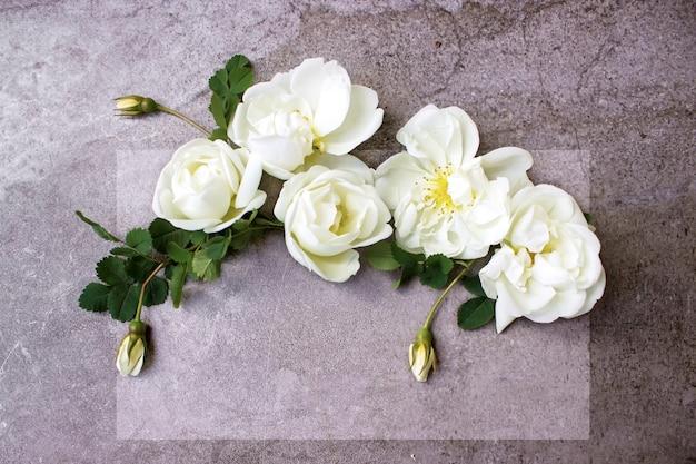 スタイリングされたストックフォトバラの花と紙の空白のリストとフェミニンなデジタル製品のモックアップ