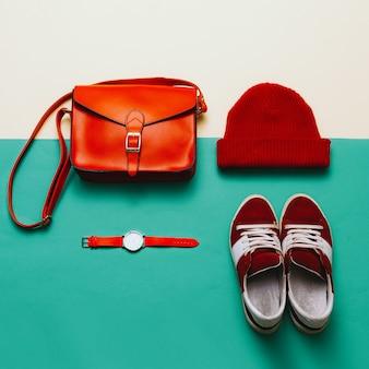 세련된 액세서리와 의류. 빨간색에 초점을 맞춥니다. 핸드백, 모자, 시계. 운동화. 어반 스타일