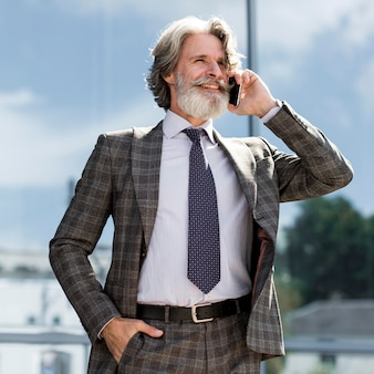 電話で話しているスタイリッシュな大人の男性