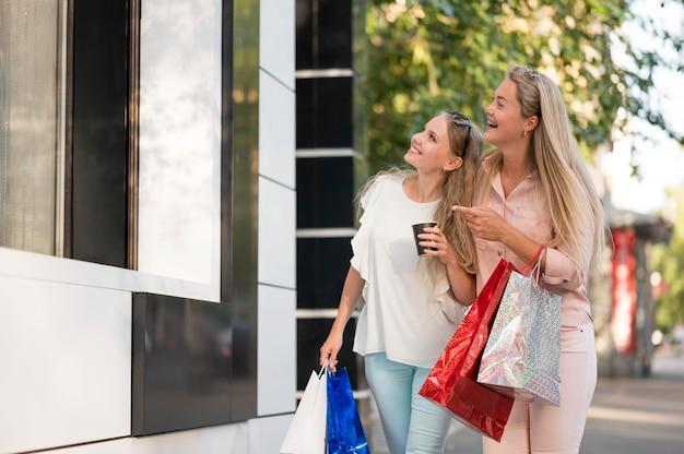 屋外で一緒に歩くスタイリッシュな大人の女性