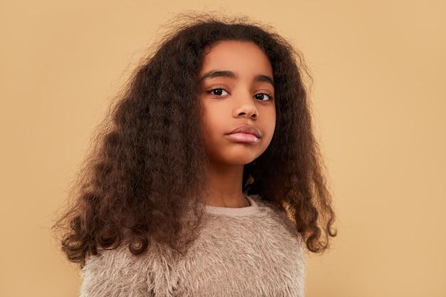 毛皮の衣服でスタイリッシュなアフリカ系アメリカ人の女の子