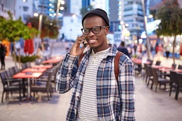 Стильный афро-американский мужчина на улице