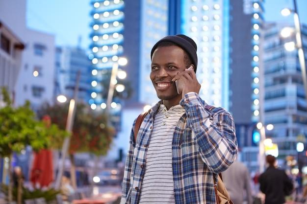 거리에 세련 된 아프리카 계 미국인 남자