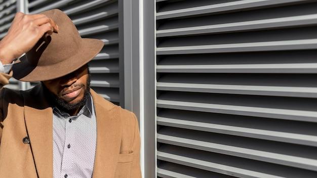 帽子をかぶっているスタイリッシュなアフリカ系アメリカ人の男