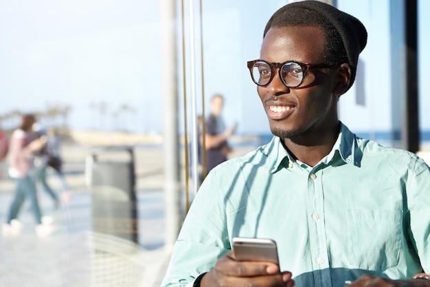 전화와 세련 된 아프리카 계 미국인 남자