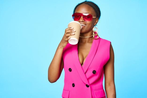 Стильная африканская женщина пьет кофе