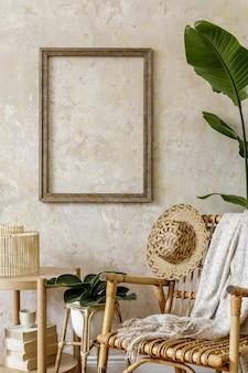 등나무 안락 의자, 프레임, 커피 테이블, 책, 쟁반, 장식, 식물 및 여름 개념의 개인 액세서리가있는 홈 인테리어의 세련되고 베이지 색 구성.