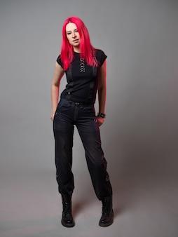 ユーススタイルの服を着たスタイリッシュで大胆な若い女性