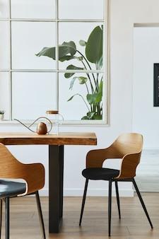 디자인 공예 나무 테이블, 의자, 식물 덩어리가있는 식당의 세련되고 식물학적인 인테리어