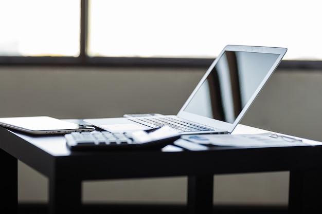 세련되고 고급스러운 작업 공간의 노트북.