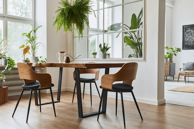 デザインクラフトの木製テーブル、椅子、植物、ベルベットのソファ、ポスターマップ、モダンな家の装飾のエレガントなアクセサリーを備えたダイニングルームのスタイリッシュで居心地の良いインテリア。レンプレート。
