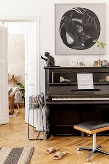 Стильный и уютный интерьер гостиной с черным пианино, мебелью, растениями, деревянными часами, лампой, макетами, ковром, украшениями и элегантными личными аксессуарами в современном домашнем декоре.
