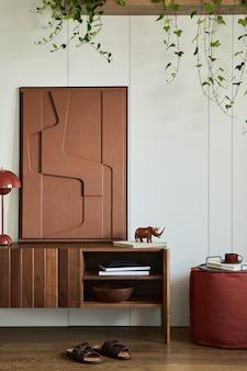 木製の便器、構造物の絵画、植物、個人的な装飾が施されたスタイリッシュでクリエイティブなリビングルームのインテリアデザイン。日当たりの良い上品な空間、ミニマルなスタイル。レンプレート。