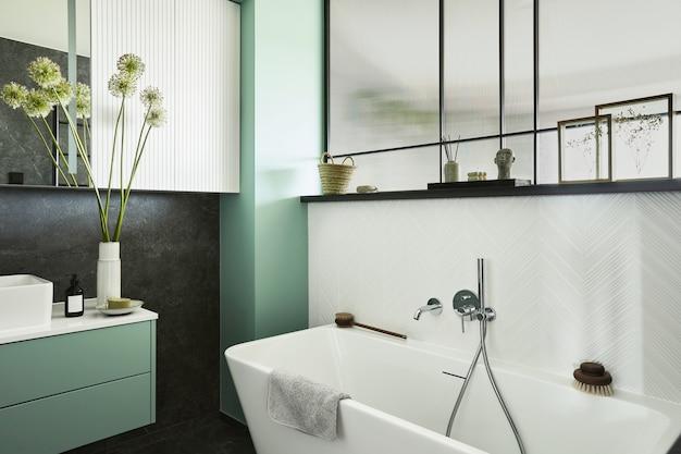 녹색 패널, 식물 및 아름다운 욕실 액세서리가 있는 대리석 벽으로 세련되고 창의적인 최소한의 작은 욕실 인테리어 디자인. 최소한의 집 개념입니다.