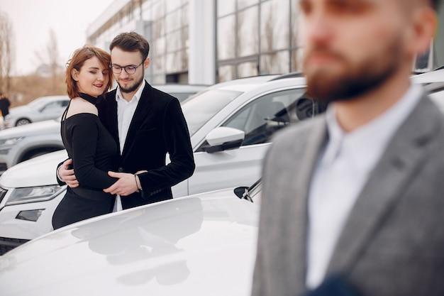 Стильная и элегантная пара в салоне автомобиля